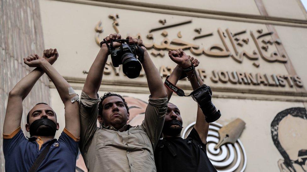 صورة ارشيفية من 2016 لوقفة احتجاجية أمام نقابة الصحفيين اعتراضا على سجن صحفيين
