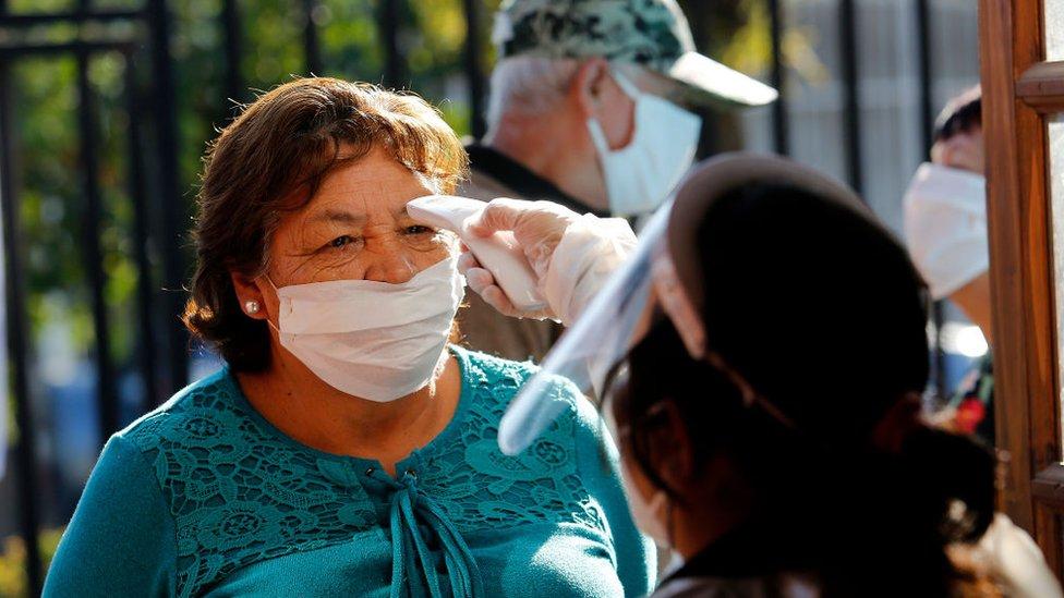 Mujer chilena en un control de temperatura
