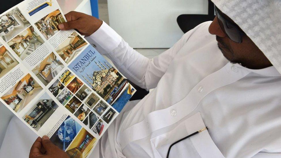 مواطن سعودي يطالع دليلا سياحيا عن تركيا