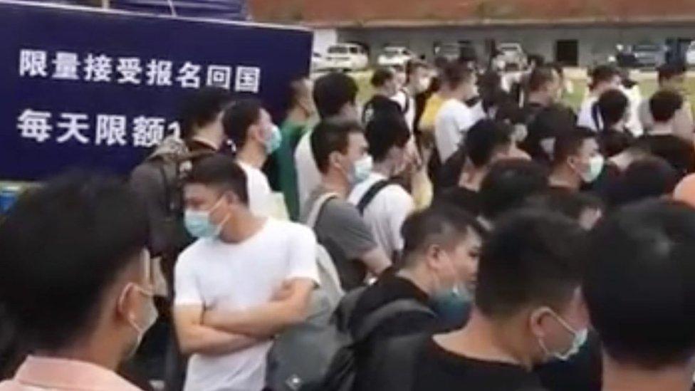 網絡畫面顯示很多在緬北的中國人排隊等候回國。後方的標誌牌寫有「限量接收報名回國」字樣。