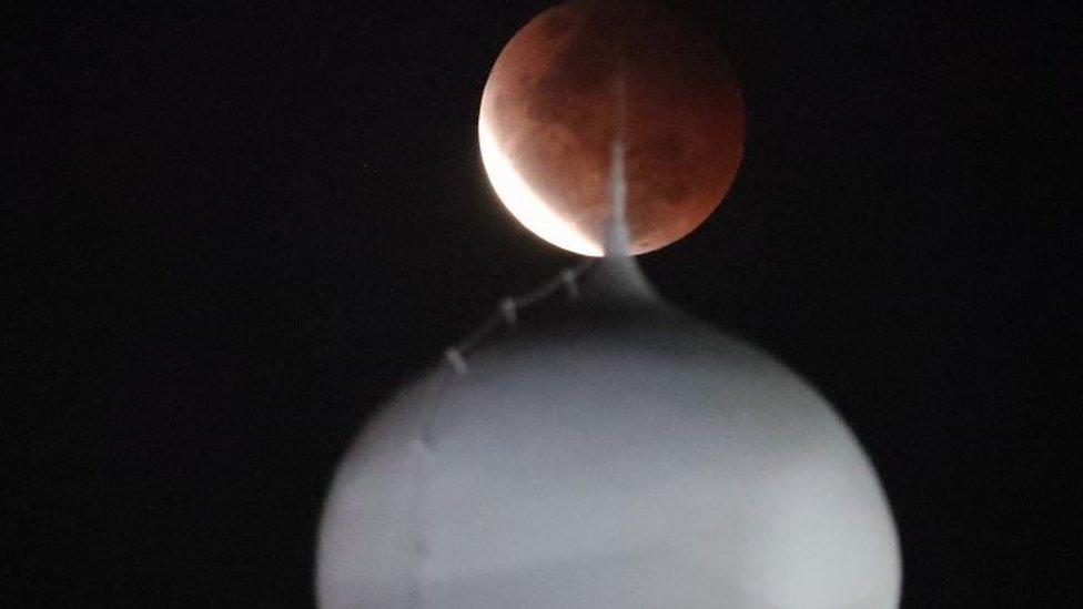 Super Blood Moon seperti tampak di atas Masjid al-Azhari, Jakarta.