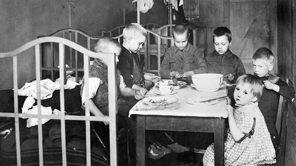 Niños suecos pobres a principios del siglo.