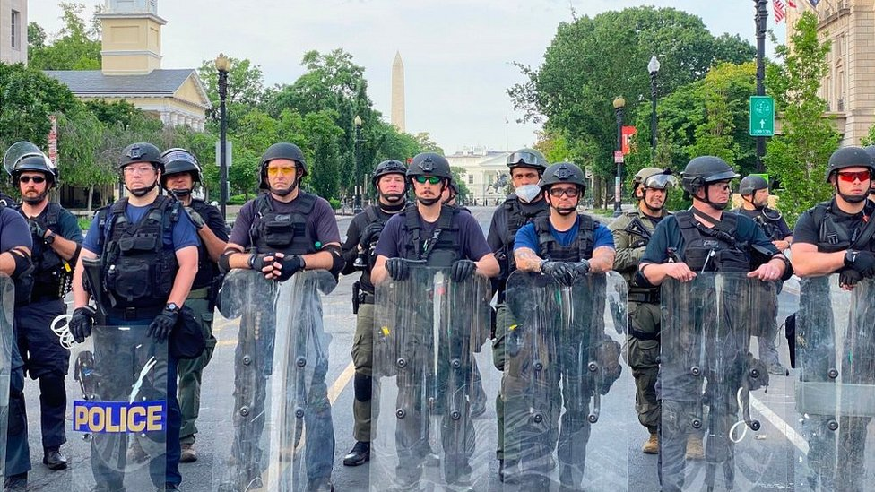 مقتل جورج فلويد: هل يلجأ ترامب للقوة العسكرية ويتجاهل ازمة العنصرية؟