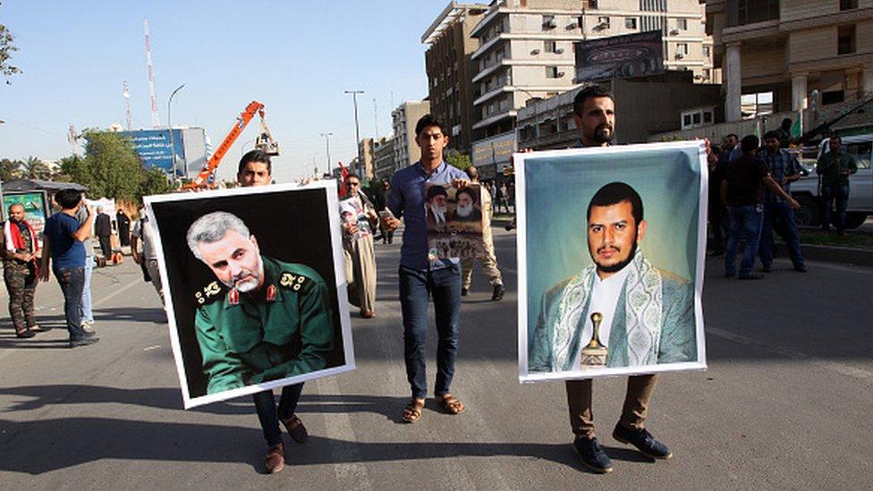Irak'ta Suudi Arabistan'ın Yemen'deki operasyonlarını protesto eden göstericiler, Kasım Süleymani ve Husi lideri Abdülmelik el Husi'nin portrelerini taşıyor.