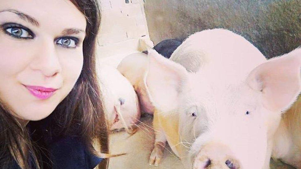 Andressa Ciccone takes a selfie next to a pig