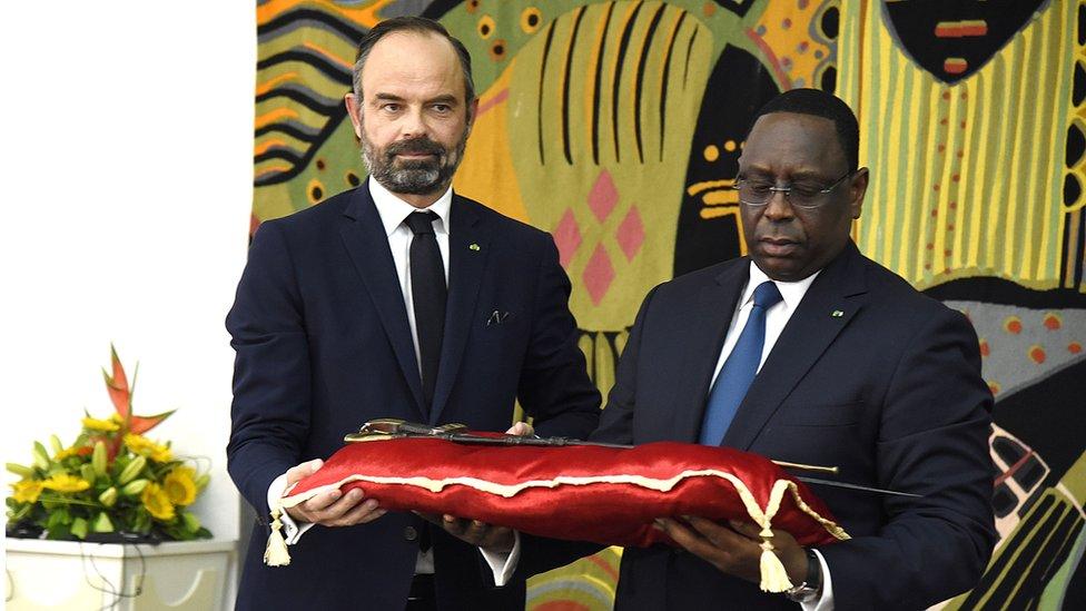 رئيس الوزراء الفرنسي، إدوارد فيليبي يسلم سيف الحاج عمر للرئيس السنغالي ماكي سال