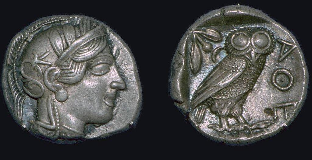 El Athene noctua, o mochuelo europeo, era el animal sagrado de la diosa Atenea de la mitología griega, y en la cultura romana, el ave de Minerva.