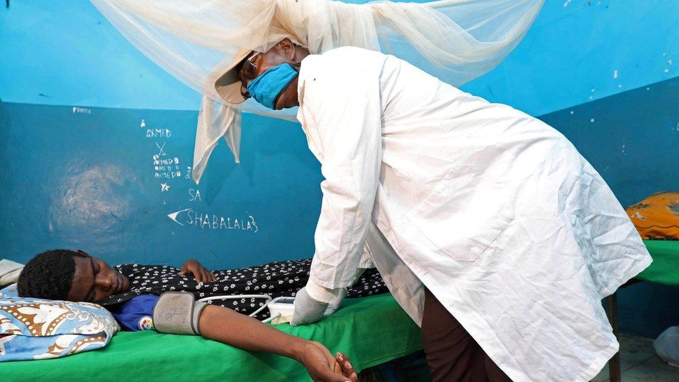 طبيب يعاين مريضا بالفيروس في مستشفى في مقديشو