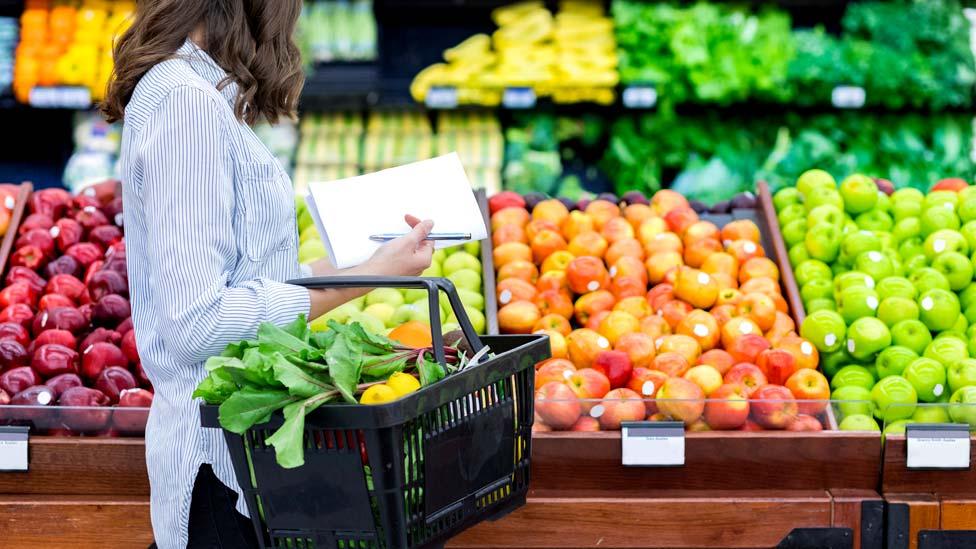 سيدة تشتري خضراوات وفاكهة