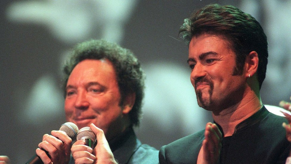 """File photo dated 11/04/99 of Tom Jones (left) and George Michael performing a duet during a tribute concert to Sir Paul McCartney""""s late wife Linda"""