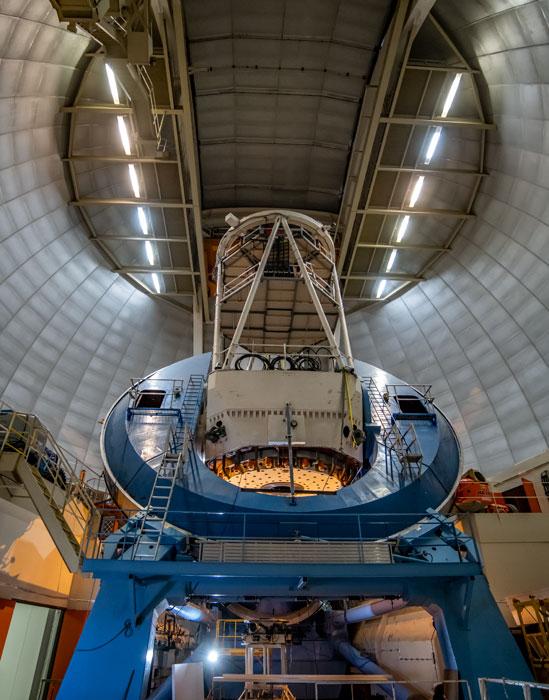 Interior del domo del telescopio Mayall en el Observatorio Kitt Peak