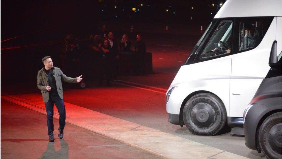 Elon Musk 2017'de yarı elektrikli Tesla tırını tanıtırken