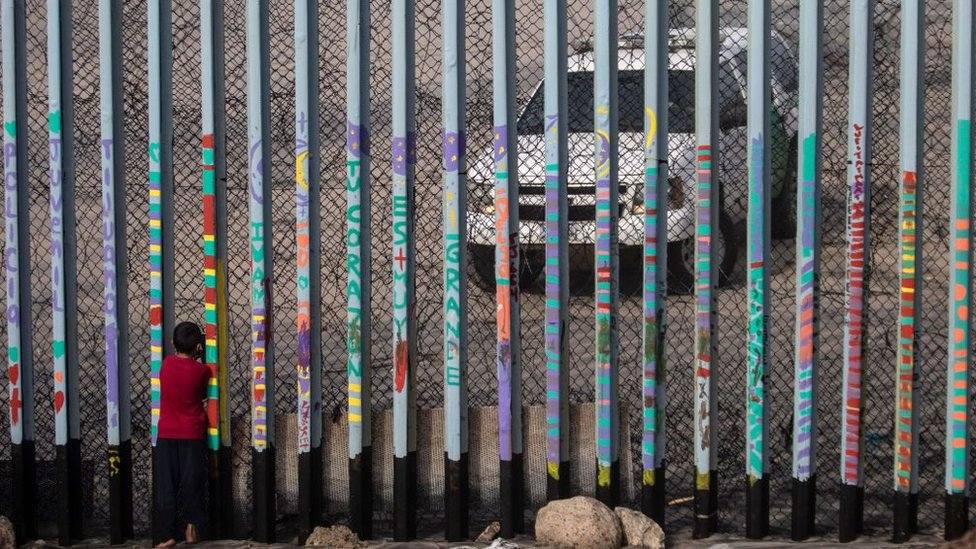 NO USAR, CONTENIDO BBC. Niño mira un vehículo de la Patrulla Fronteriza en la frontera entre Estados Unidos y México en Tijuana.