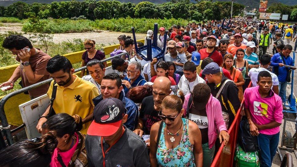 """El puente internacional Simón Bolívar, o """"puente de la desesperación"""", se convirtió en la ruta a través de la cual centenares de miles de venezolanos emigraron a pie de su país."""