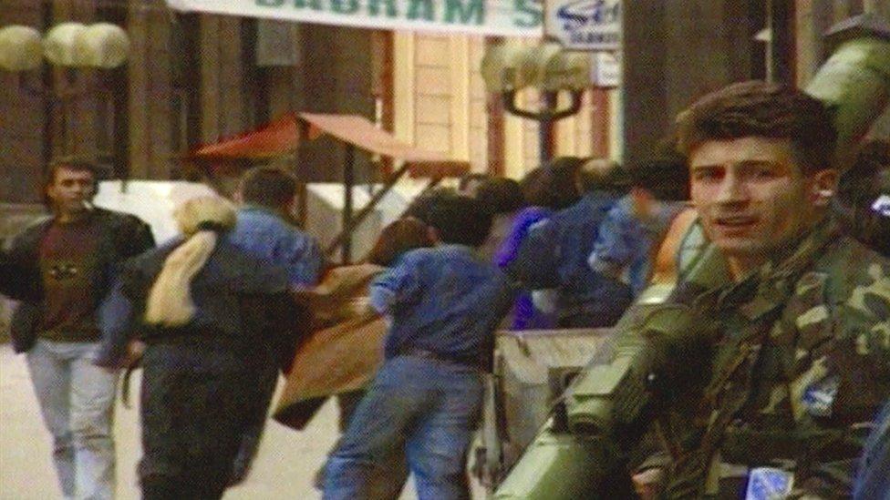 Opsada Sarajeva, grupa civila beži od pucnjave.