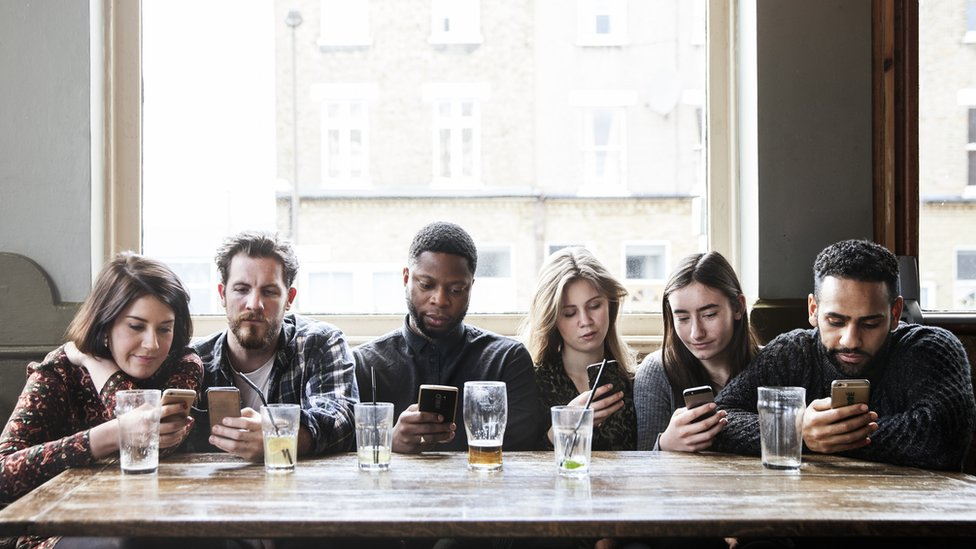 Jóvenes pegados al celular.