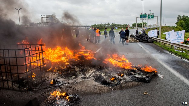 Tyres set on fire blocking the access to the Channel Tunnel