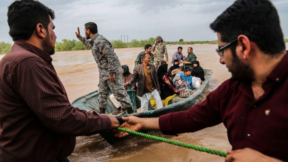 جنود بساعدون بإجلاء سكان