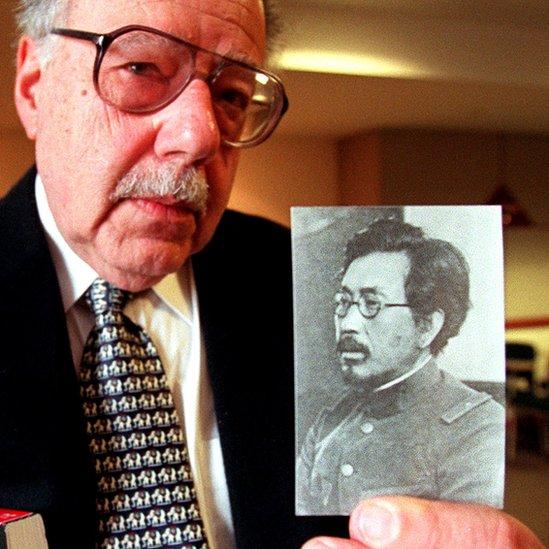 El profesor Sheldon Harris muestra una fotografía del general japonés Shiro Ishii, quien comandó la Unidad 731.