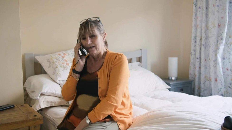 Jacqui hablando por teléfono con Daryll.