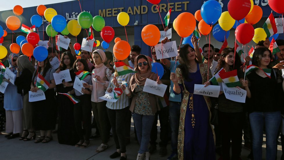 An activist group releases balloons at Irbil airport (29 September 2017)