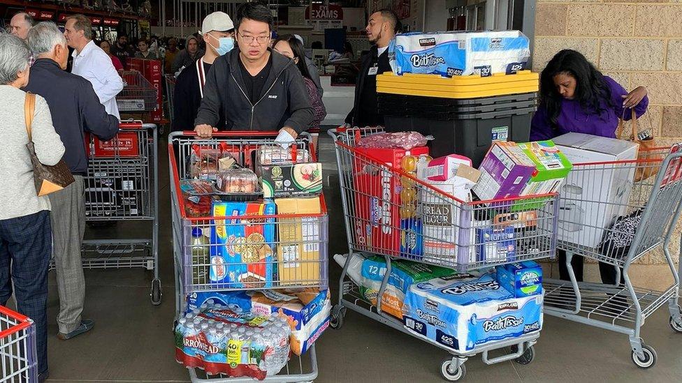 Residentes de Los Ángeles, California, se abastecen de alimentos, agua y papel higiénico el 29 de febrero.