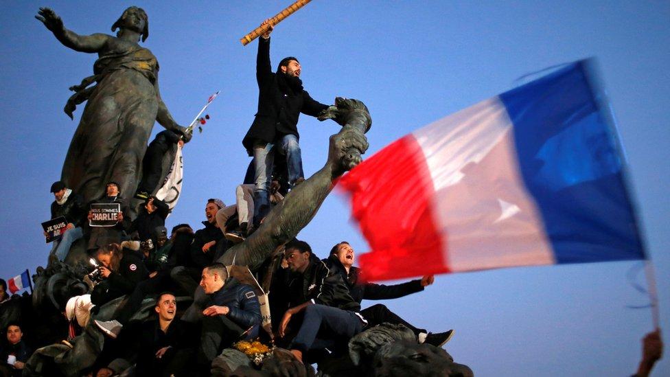 Saldırı sonrası göstericiler günlerce Place de La Republique'te toplandı.
