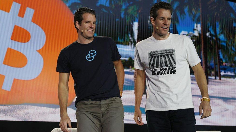 Tyler y Cameron Winklevoss, gemelos multimillonarios conocidos por su disputa con Mark Zuckerberg sobre la creación de Facebook.