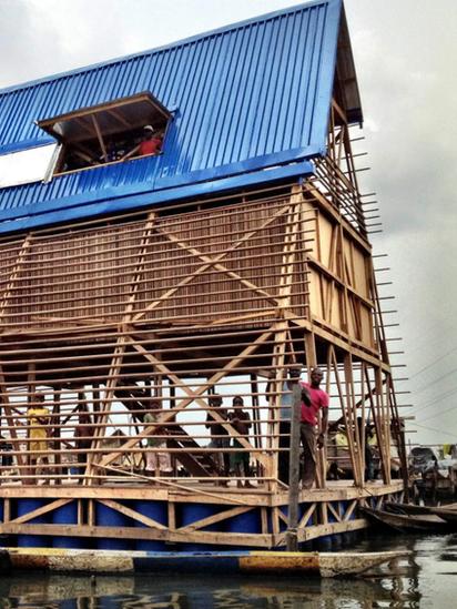Edificio de la escuela flotante de Makoko.