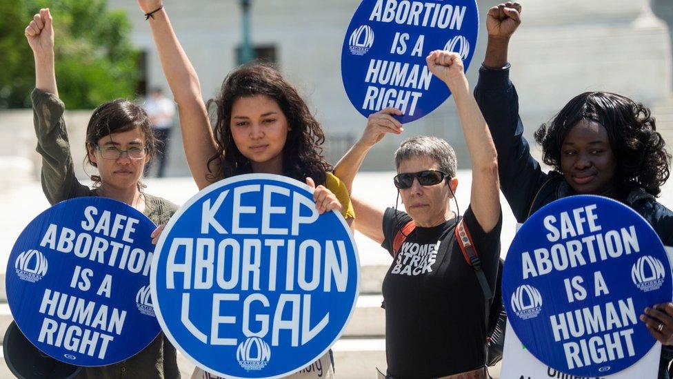"""Ülke çapındaki gösterilerde, """"Güvenli kürtaj bir insan hakkıdır"""", """"Kürtaj yasal kalsın"""" yazılı dövizler taşındı"""
