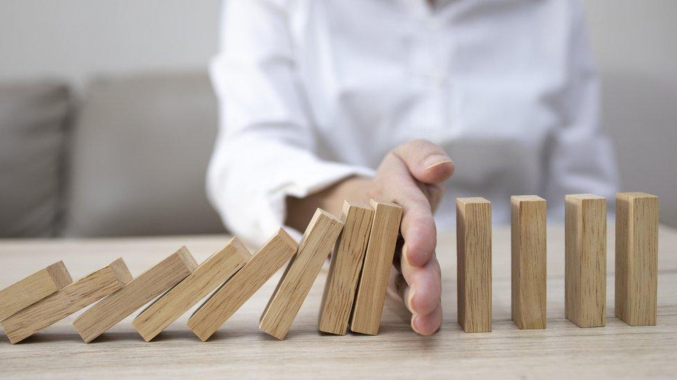 Hombre con un dominó