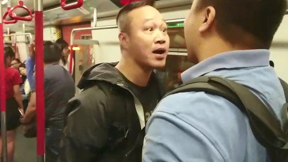 地鐵車廂內兩名意見不合的男子吵架。