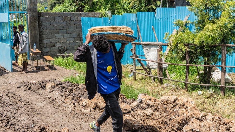 إثيوبي يحمل خبزا.