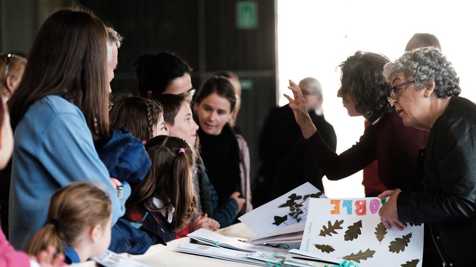 Sandra Díaz y Joanne Chory con niños en España