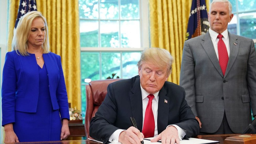 Donald Trump y dos de sus asesores en el despacho Oval.