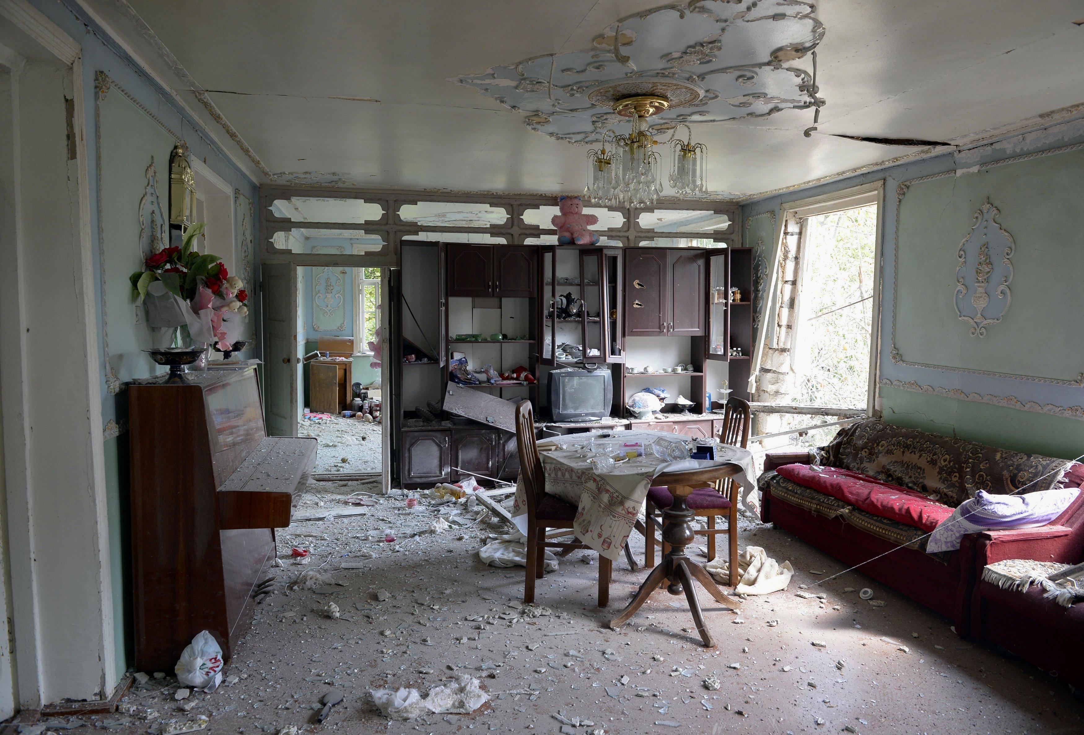جانب من الدمار الذي ألحقه القصف المتبادل بين أرمينيا وأذربيجان بمنزل في قرية سهل أباد الأذرية