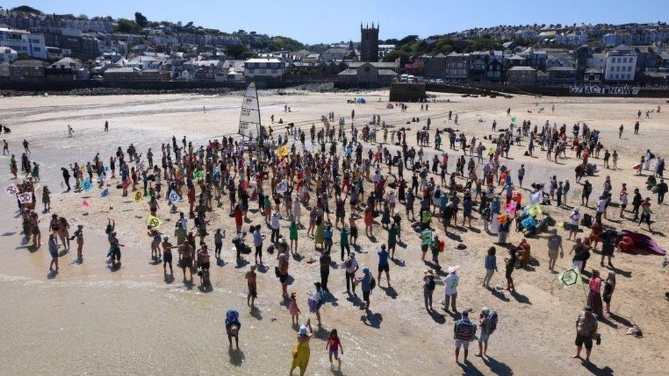 環保團體ER在康沃爾的St Ives港載歌載舞。