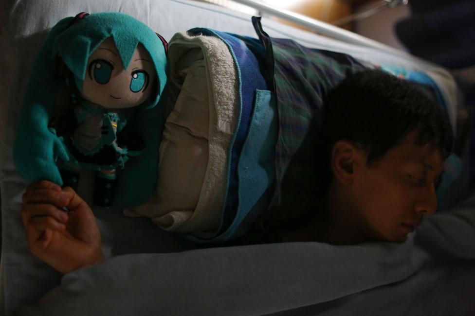 Akihiko spava sa Miku