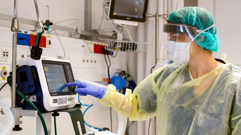 Mujer operando un respirador