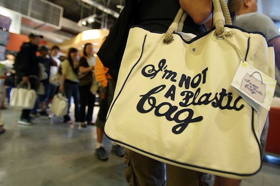 """NO USAR. BBC. Bolsa de compras que dice """"No soy un bolsa de plástico"""", diseñada por Anya Hindmarch"""