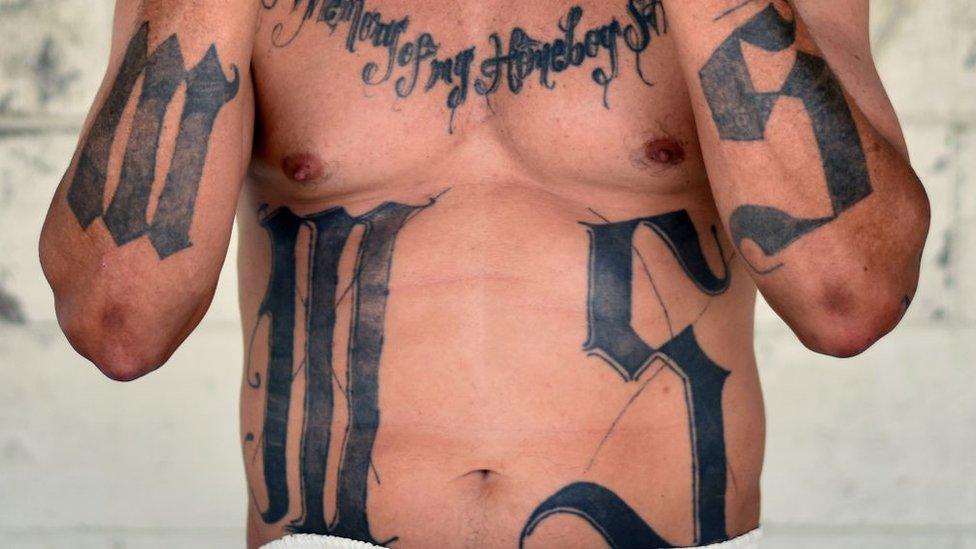 O ex-líder de gangue MS-13 Valmis Mejia é fotografado na prisão de Santa Ana