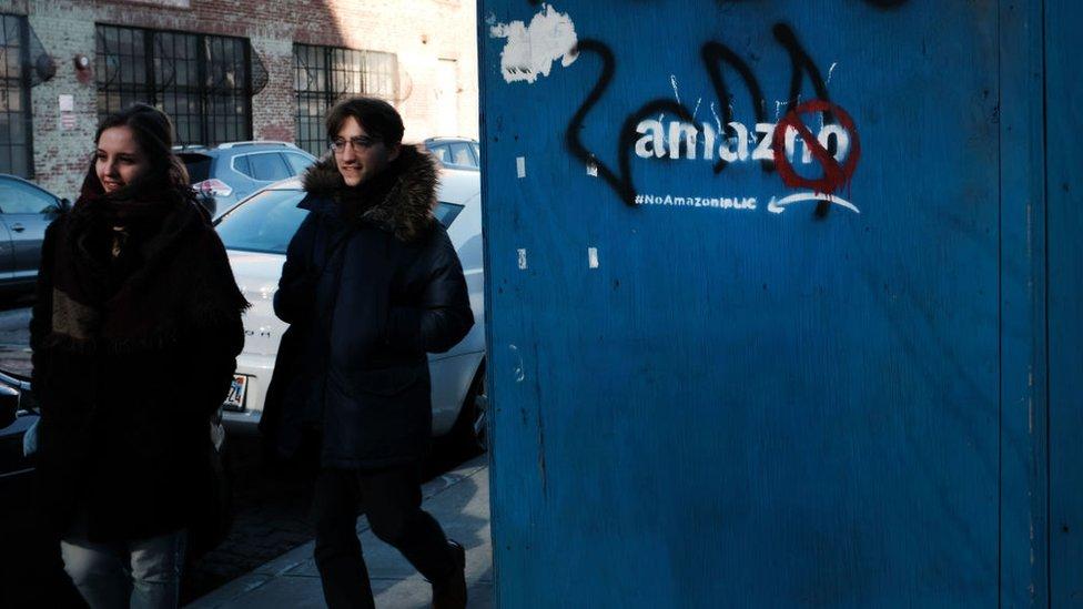Grafiti en las calles de Long Island City contra Amazon