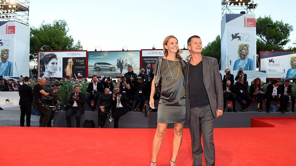 """Emmanuel Carrère y su exesposa Hélène Devynck en el estreno de """"Remember"""" en el Festival de Cine de Venecia de 2015."""