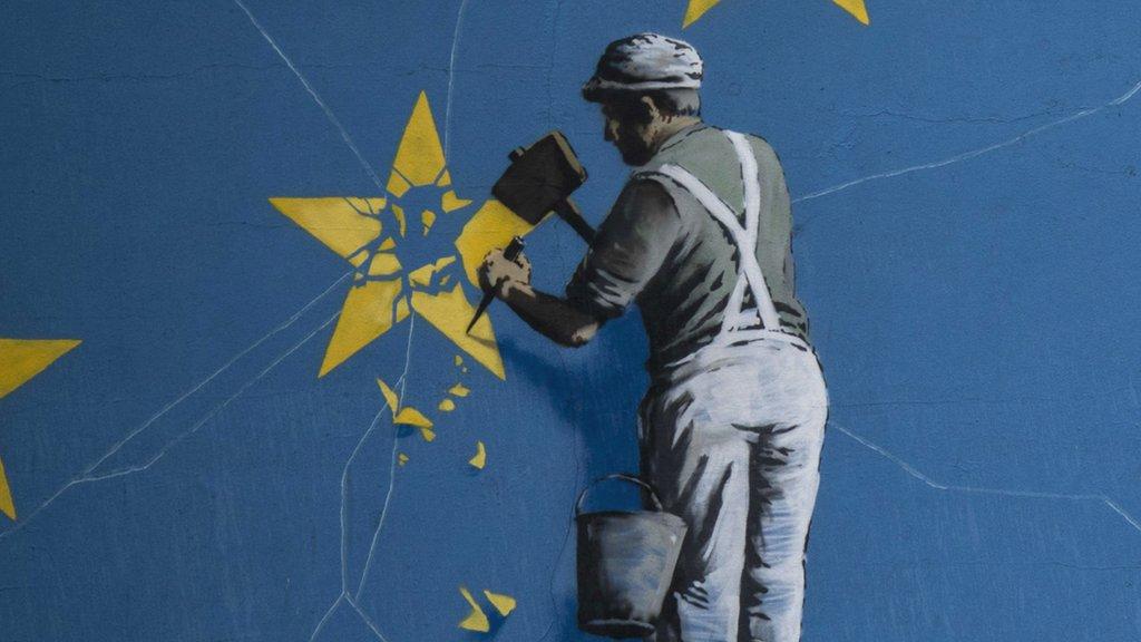 Ilustración de un hombre destruyendo una estrella del logo de la Unión Europea.