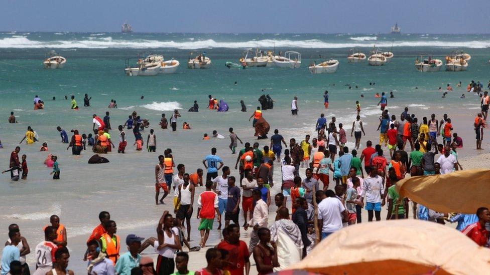 Personas en la playa Lido, Mogadiscio, Somalia, en julio de 2020.