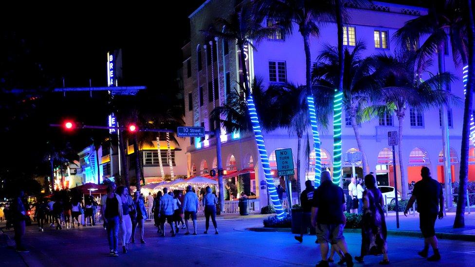 Una calle de Miami Beach de noche