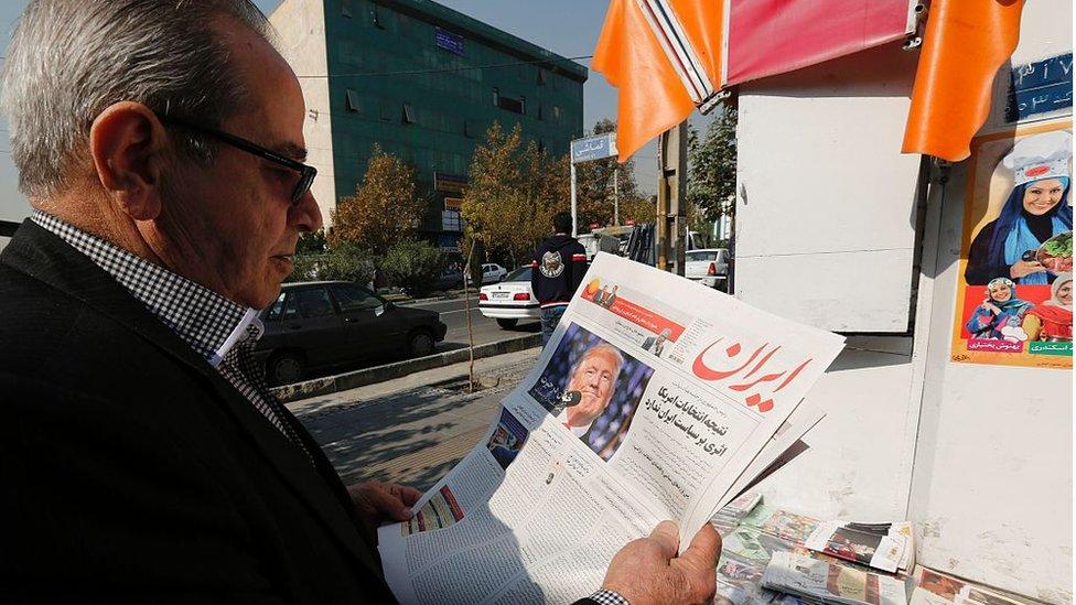 مواطن إيراني يطالع الصحف