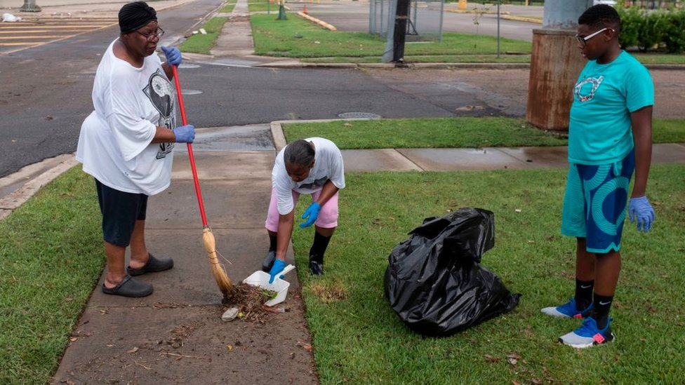 Tras personas limpian las calles en Luisiana.