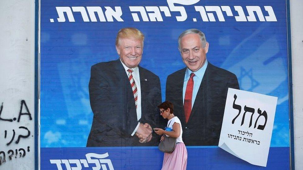 Cartel de campaña en Israel en el que se ve a Donald Trump y Benjamin Netanyahu dándose la mano.