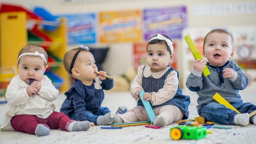 مجموعة من الأطفال يلعبون